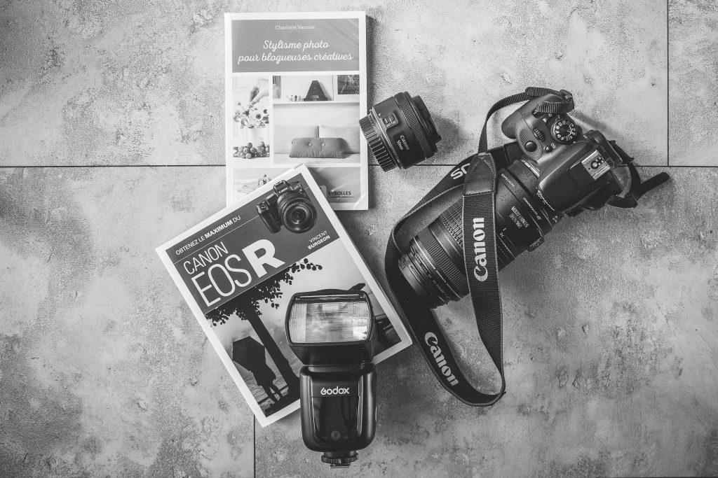 appareil photo canon et livres