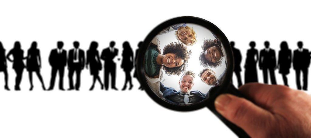 observation d'un groupe d'humains à la loupe pour en savoir plus sur eux